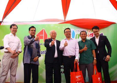 From the left: Mr. Wong Hon Weng, Datuk Seri Haji Mohamed Iqbal Bin Kuppa Pitchai Rawther, Tan Sri Dato' Seri Lim Gait Tong, YB Tuan Chang Lih Kang, Tuan Haji Sahlan Bin Husnin, Mr.Lim Chu Dick